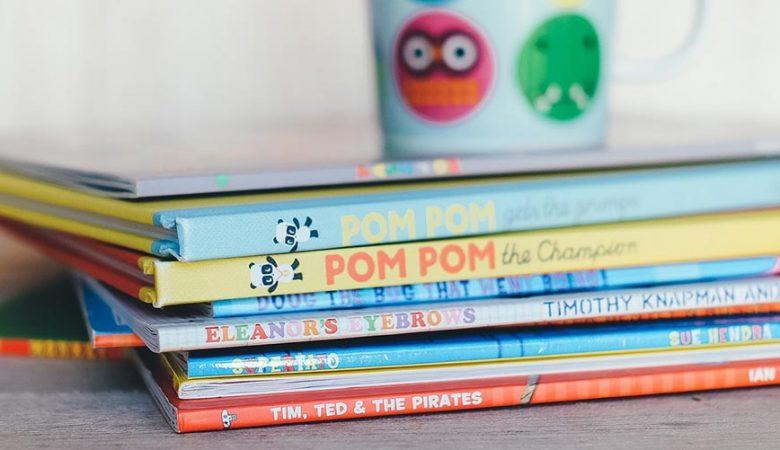 Bücher für Kinder auf einem Stapel